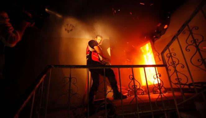 180630_petugas-pemadam-kebakaran-palestina-berusaha-memadamkan-api_663_382.JPG