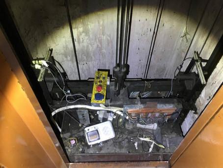 Τραυματισμός εργαζομένου από πτώση ασανσέρ σε μεγάλη αλυσίδα καφέ