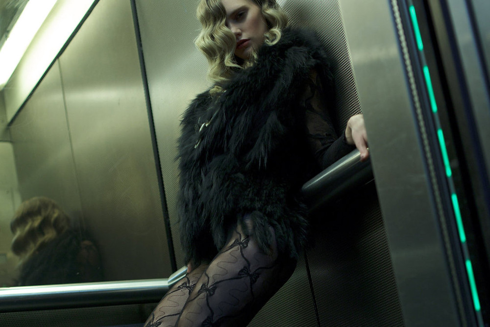 elevator woman asanser.jpg