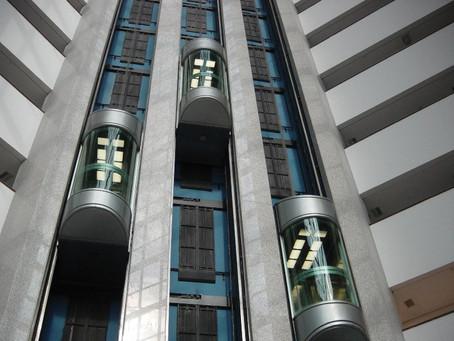 Τραγικό τέλος σε ανελκυστήρα: Βουτιά θανάτου από τον 18ο όροφο