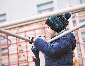 Gutt som leker utendørs