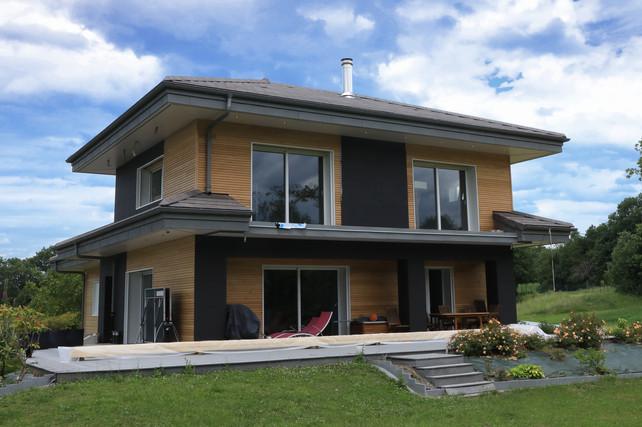maison traditionnelle isolée par l'extérieur et recouverte de bardage