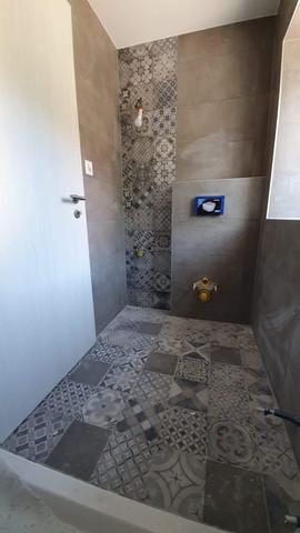 Première salle d'eau, avec douche