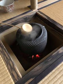 Omotesenke_chagama-hishaku_reduced.jpg