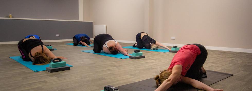 Luxury_Yoga_Class_in_Women's_gym.jpg