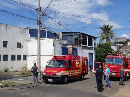 Incêndio atinge fábrica de tintas clandestina em Piracicaba; um homem gravemente ferido