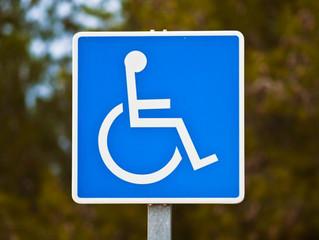 Απαγορεύεται η στάθμευση οχήματος σε διάβαση ατόμων με μειωμένη κινητικότητα! Δείξτε πολιτισμό!