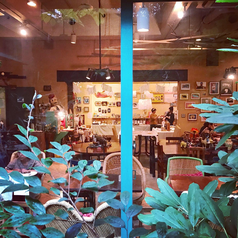 外からカフェを眺める