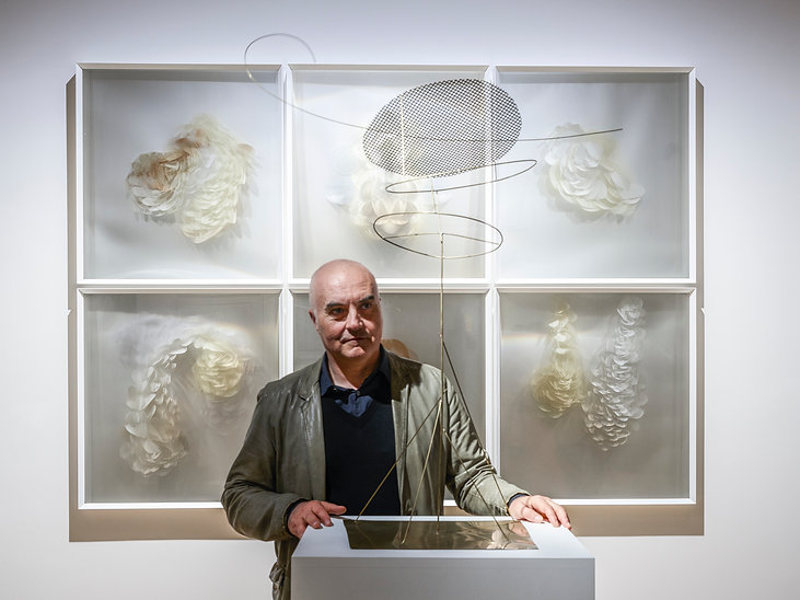 Maurizio Donzelli in front of his work S