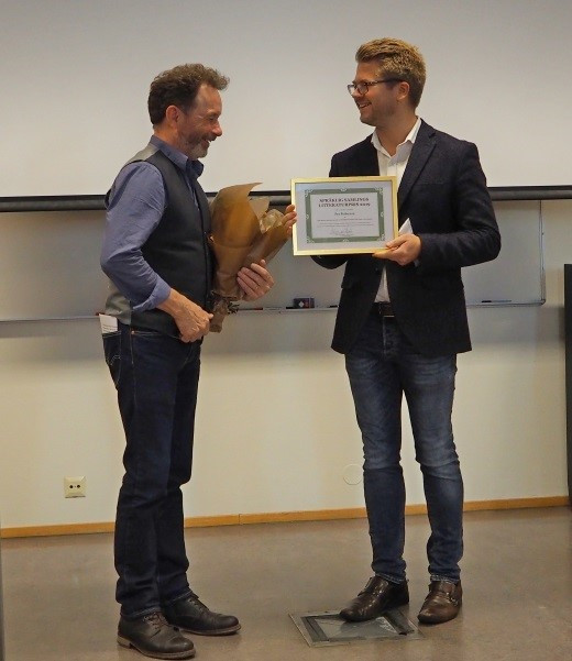 Andreas Haraldsrud overrekker litteraturprisen for 2019 til Per Petterson