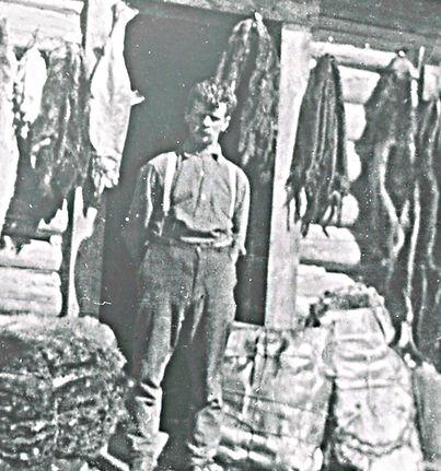 Edward Seebach devant son magasin de McLeod Lake.