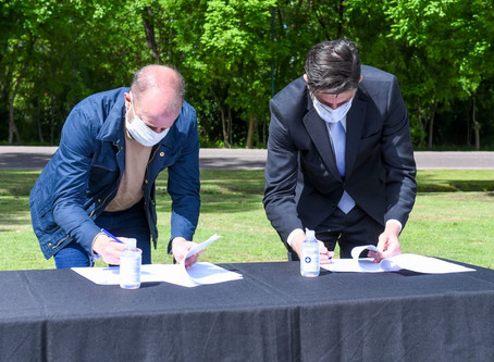 Insaurralde y Trotta firmaron un convenio para reformas en escuelas y entregaron computadoras