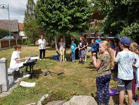 Singklasse im Vorgarten