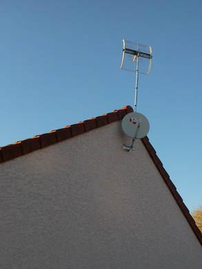 Antenne et parabole en pignon