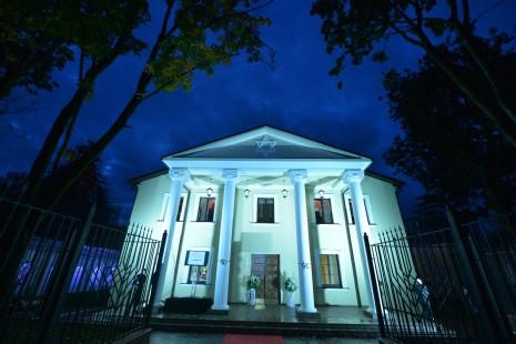 Синагога при ночном освещении