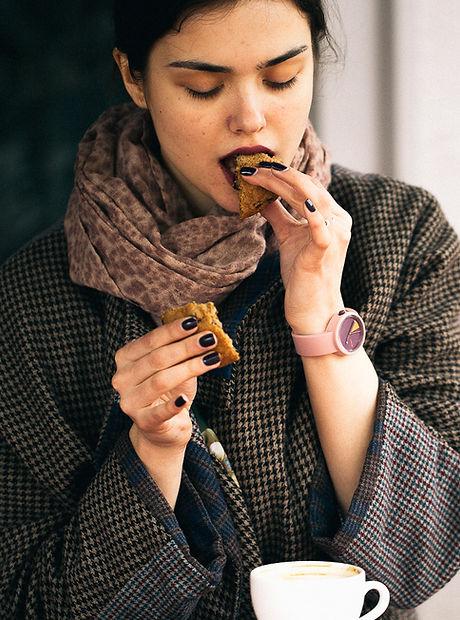 Femme, manger Cookie