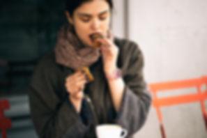 女食べるクッキー