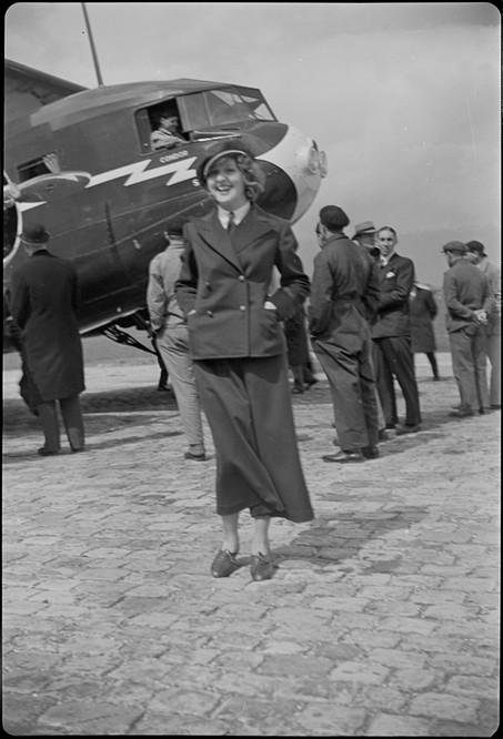 Frl. Nelly Diener vor der Curtiss AT-32C Condor, CH-170 in Dübendorf