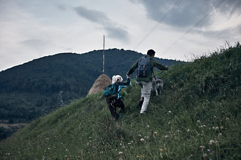 Pärchen mit Hund beim klettern