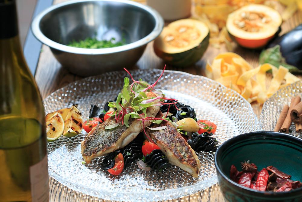 צילום אוכל במסעדה. שימוש בתאורה רכה כדי ליצור תמונה עשירה בפרטים