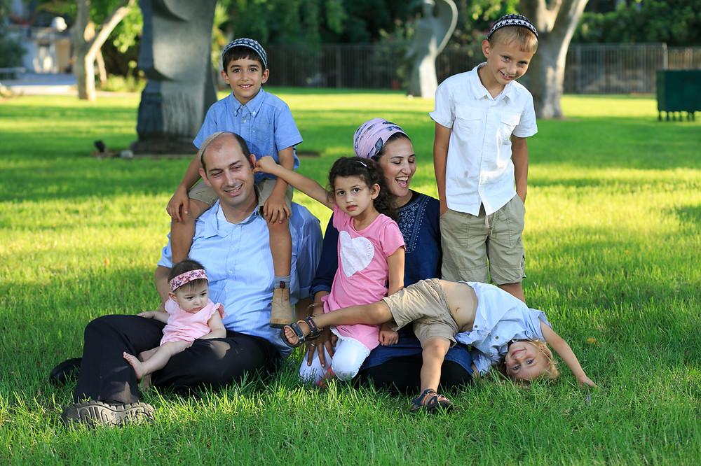 משפחת בארט על הדשא בקיבוץ עינת
