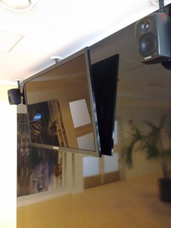 Infonäyttö äänentoistolla seinällä.jpg