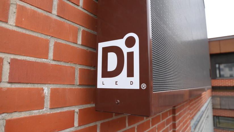 DiLED LED-näyttö asennettu seinää vasten