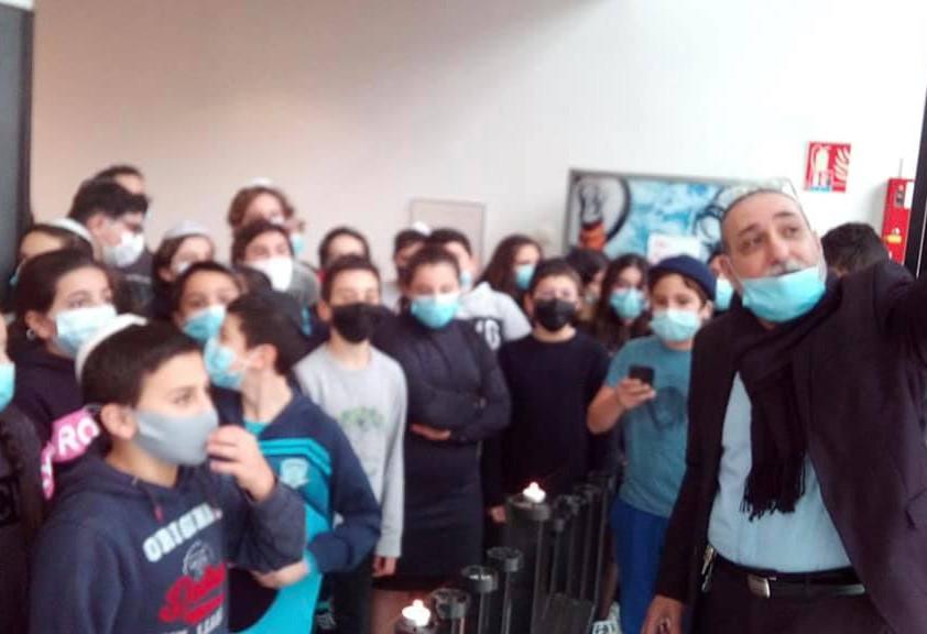 Masques avec le logo de Yavné offerts aux élèves pour Hanouka