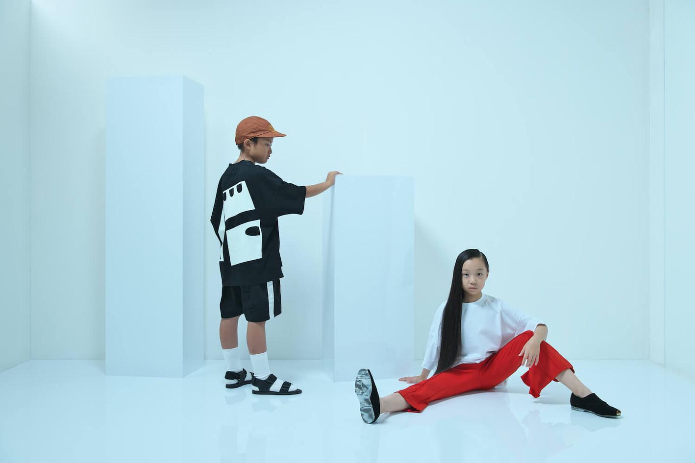 boy:baseball cap, luminous tee, line short pants, double monk strap shoes girl:luminous tee, flared frill pants