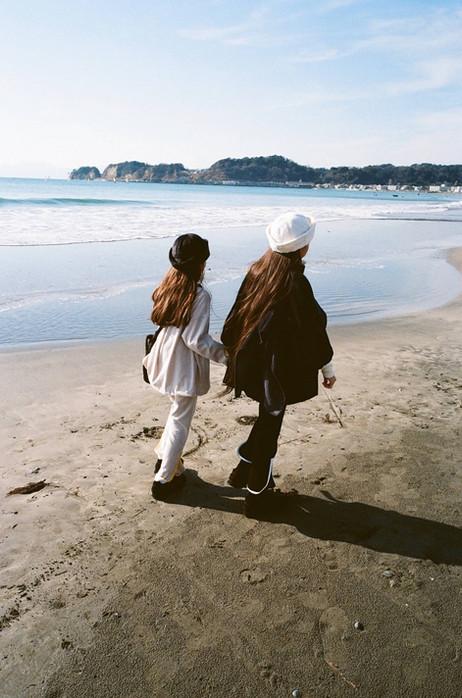 fur salor hat, corduroy coat (right), velours pullover, velours long pants, fur shoulder bag (left), metelassé sneakers