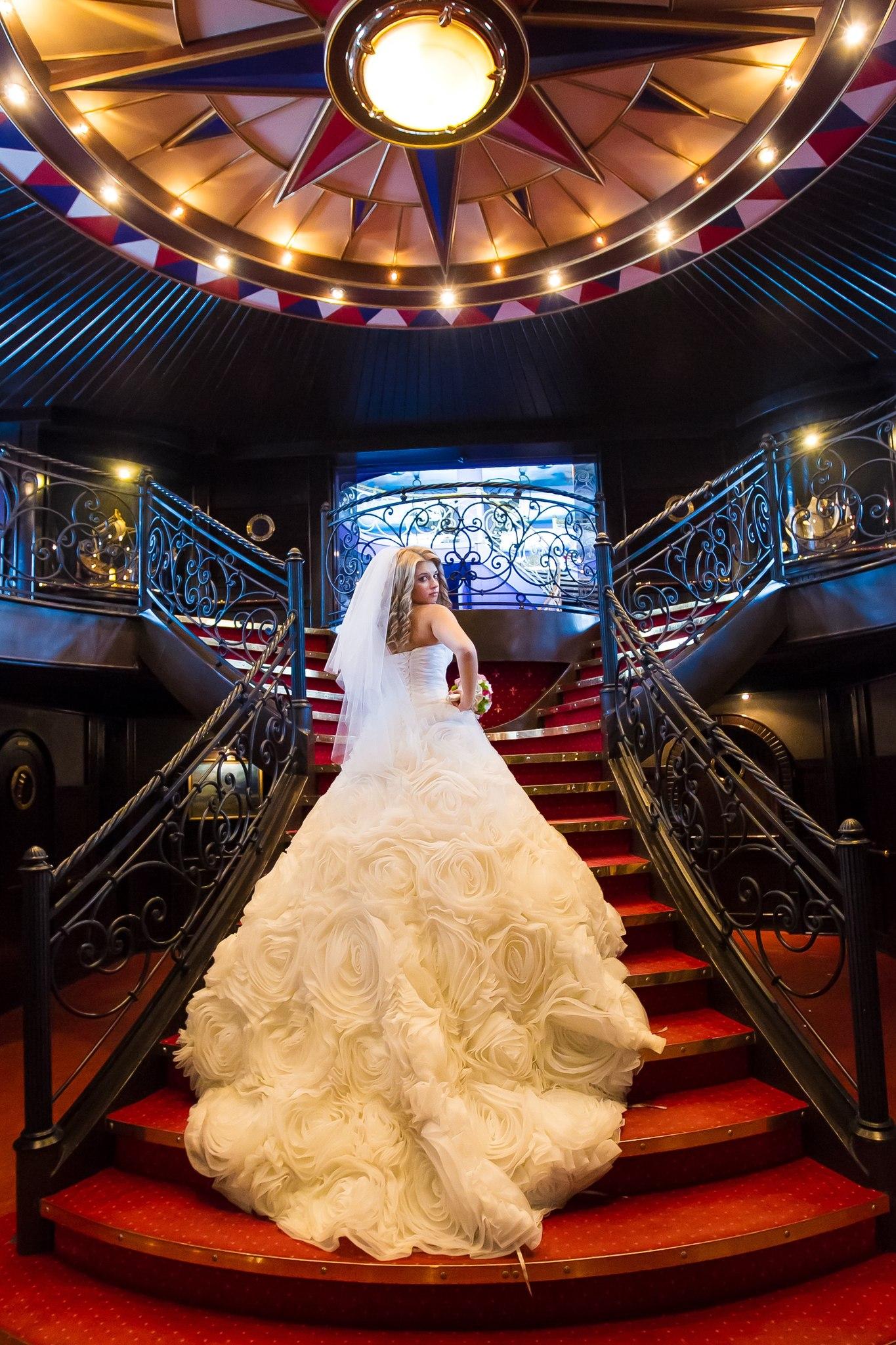 Пышное платье с розами от свадебног салона Светлана