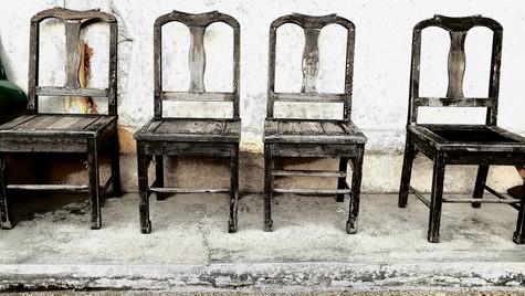 Stühle vor dem Flohmarkt