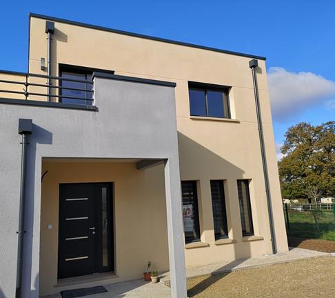Maison individuelle neuve, innovante, confortable et durable agrémentée d'une plaisante harmonie de formes et couleur pour des propriétaires en quête de luminosité.  Cette maison est prête pour l'été !