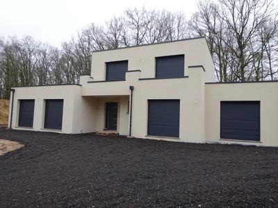 Belle maison individuelle toit plat édifiée dans la région des Yvelines conçue avec et pour ses propriétaires, cette maison répond à leurs images et présente un aspect contemporain et moderne. De par ses formes de caractère qui s'intègrent naturellement dans le paysage.
