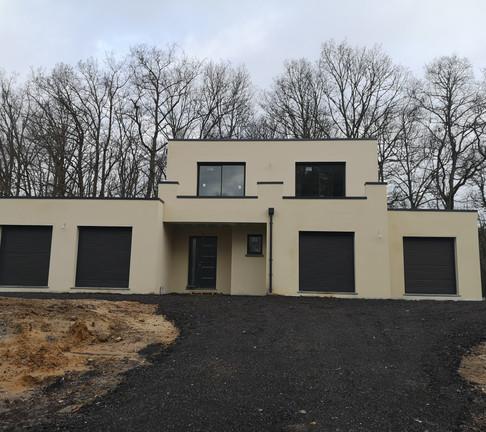 Belle maison individuelle toit plat édifiée dans la région des Yvelines conçue avec et pour ses propriétaires. Cette maison répond à leur image et présente un aspect contemporain et moderne de par ses formes de caractère qui s'intègrent naturellement dans le paysage.