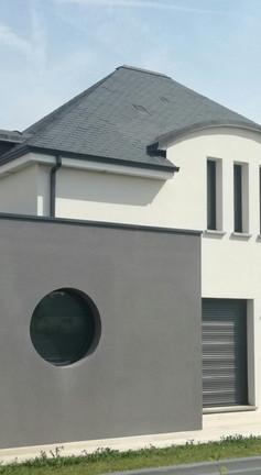 Maison contemporaine de caractère, originalités de structure, un design vivant et élégant pour une dimension plutôt atypique. Cette unique et flamboyante maison au multiple avantage est le reflet même de ces propriétaires en quête d'une nouvelle aire.
