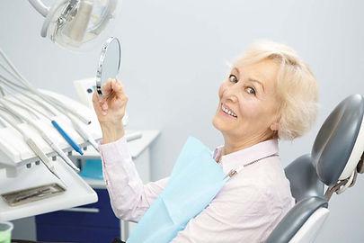 gülümseyen yaşlı hasta