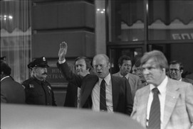 president-gerald-ford-waving-to-the-crowd-outside-the-st-francis-hotel-in-san-67ceed-1600.