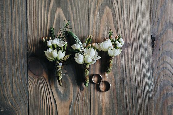 Anelli di mazzi di fiori e sposa di dami