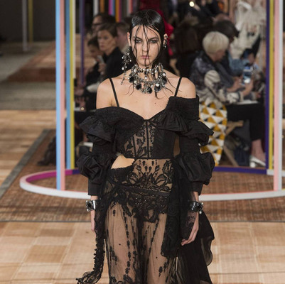12 outfits from the latest fashion shows to inspire your Halloween lewk 🎃👻😈