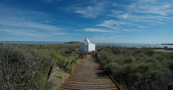 Kaple u výhledu na Isla de los pajáros- ptačí ostrov
