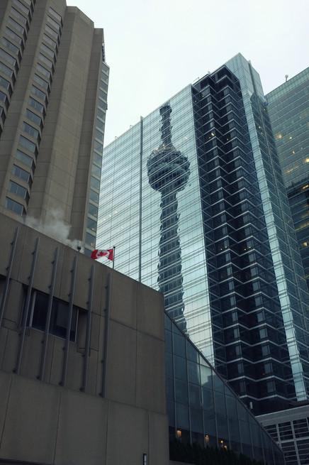 odraz CN tower v nějaké jiné tower