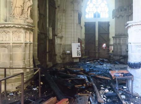 Imágenes del interior de la histórica catedral de Nantes parcialmente destruido por el fuego
