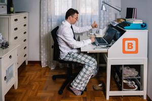 COVID-19 : 5 conseils essentiels pour affronter la crise - photo homme qui travail de la maison