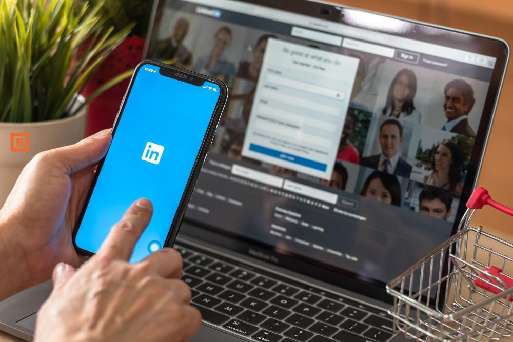 Ordinateur et téléphone mobile sur LinkedIn