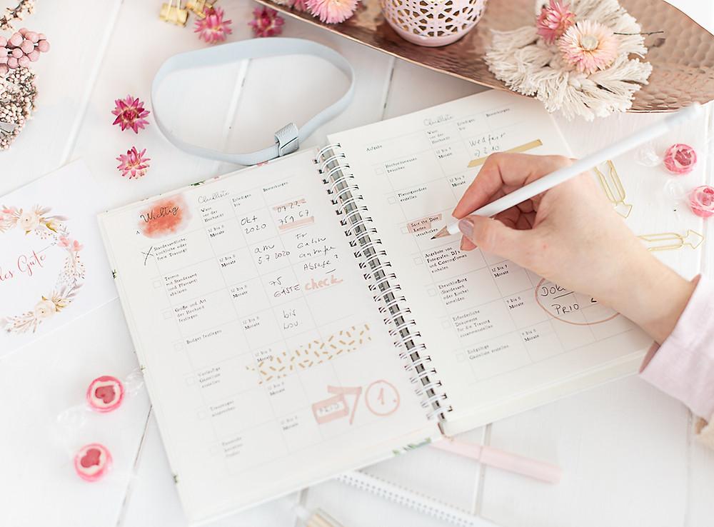 Hochzeitscheckliste mit vielen Themen, wie Budget, Gäste, Feier, etc