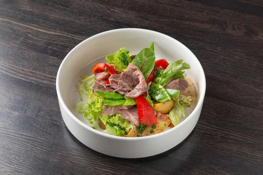 Деревенский салат с росбифом, жареным картофелем и медово-горчичным соусом