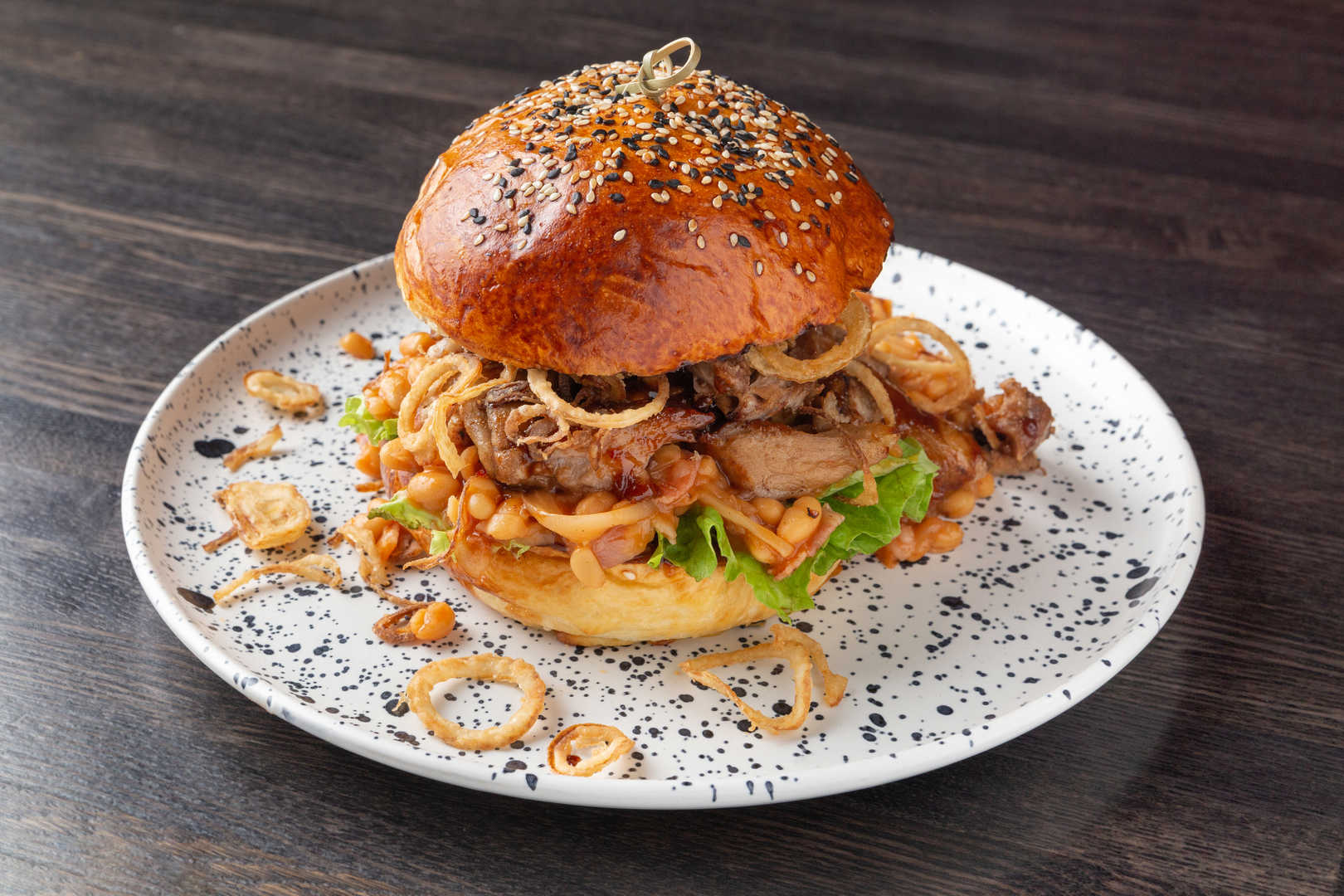 Фирменный бургер с томлеными свиными ребрами