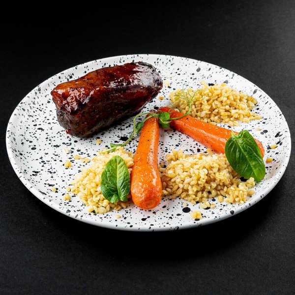 Томленая говяжья грудинка с булгуром и печеной морковью