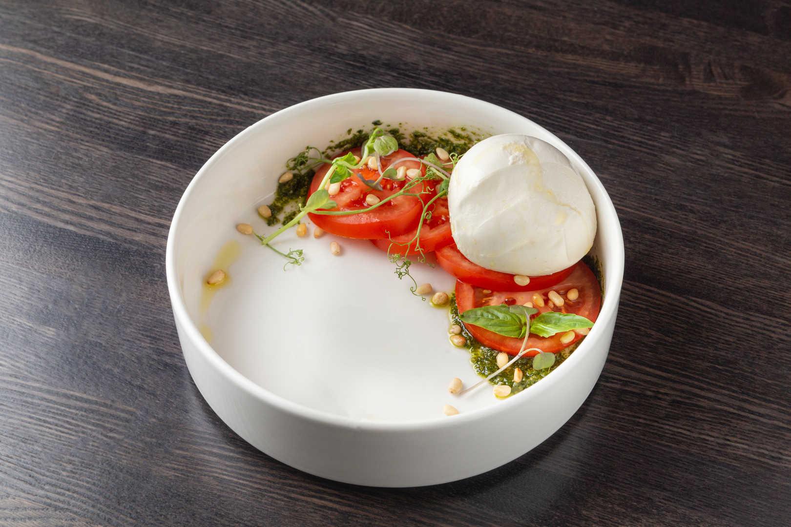 Моцарелла с томатами, бальзамическим соусом, Песто и кедровыми орешками